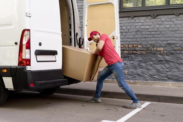 hombre-cargando-paquetes_23-2148590684