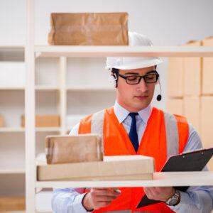 hombre-que-trabaja-oficina-servicios-paqueteria-postal_85869-9836