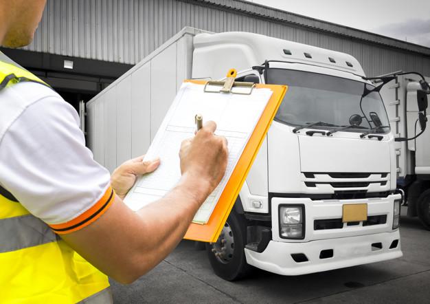 trabajador-almacen-mano-sujetando-portapapeles-inspeccion-cargando-control-envio-camiones-transporte-logistica-industria-carga_36860-619